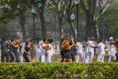 Ungdomarsom dansar i en parkera i Havanna, Kuba Royaltyfri Foto