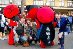 Ungdomarsom firar en skullfestival i den gamla staden av Hida Takayama, Japan arkivfoton