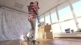 Ungdomarsom flyttar sig in i en ny lägenhet stock video