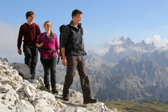 Ungdomarsom fotvandrar i bergen royaltyfri bild