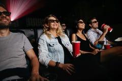 Ungdomarsom håller ögonen på filmen 3d Royaltyfri Bild