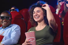 Ungdomarsom håller ögonen på filmen 3D på filmteatern Royaltyfri Foto