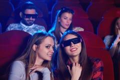 Ungdomarsom håller ögonen på filmen 3D på filmteatern Royaltyfria Bilder