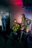 Ungdomarsom har gyckel på nattklubben Royaltyfria Bilder