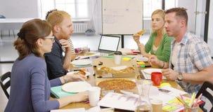 Ungdomarsom i regeringsställning tycker om pizza lager videofilmer