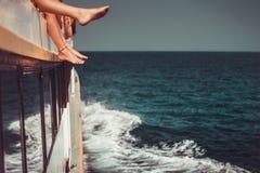Ungdomarsom kyler i fartyg Endast ben stänger sig upp Royaltyfria Foton