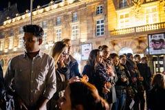 Ungdomarsom rymmer stearinljus i mitt av Strasbour Royaltyfria Bilder