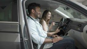 Ungdomarsom skrattar i kabin för bil` s lager videofilmer