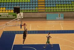 Ungdomarsom spelar basket arkivbild