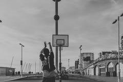 Ungdomarsom spelar basket i gatorna i Brighton, UK royaltyfria bilder