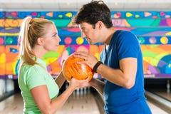 Ungdomarsom spelar bowling och har gyckel Royaltyfri Foto