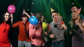 Ungdomarsom tar selfie på partiet: lyckliga vänner arkivfilmer
