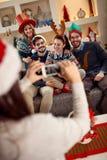 Ungdomarsom tillsammans gör foto för jul Arkivfoton