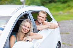 Ungdomarsom tycker om en roadtrip i bilen royaltyfri bild