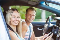 Ungdomarsom tycker om en roadtrip i bilen royaltyfri fotografi