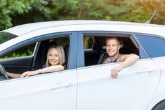 Ungdomarsom tycker om en roadtrip i bilen arkivbilder