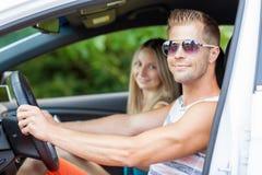 Ungdomarsom tycker om en roadtrip i bilen royaltyfria bilder