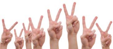 Ungdomarsom visar fredtecknet Fotografering för Bildbyråer