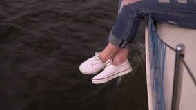 Ungdomartycker om ett flygväder På de lilla vågorna för hav av vatten Härligt släta yttersida av vatten arkivfilmer