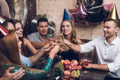 Ungdomarvilar i en moderiktig nattklubb De klirrar exponeringsglas och drinkchampagne Arkivbilder