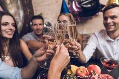 Ungdomarvilar i en moderiktig nattklubb De klirrar exponeringsglas och drinkchampagne Royaltyfria Foton