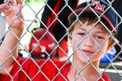 Ungdombasebollspelare i dugout Royaltyfri Bild