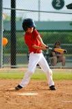 Svängande slagträ för ungdombasebollspelare Royaltyfria Foton