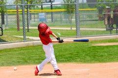 Svängande slagträ för ung basebollspelare Royaltyfri Bild