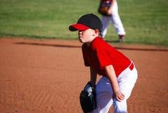 Ungdombasebollspelaren räcker på knä Royaltyfri Foto