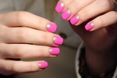 Ungdomdesign av manikyr i rosa färger Arkivfoton