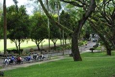 Ungdomen parkerar nära botaniska trädgården i Georgetown, Penang Royaltyfri Foto