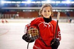 Ungdomflickahockeyspelare royaltyfri foto