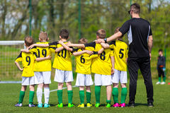 Ungdomfotbolllag med lagledaren Ungt fotbollslag på graden Royaltyfri Fotografi