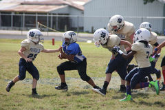 Ungdomfotbollsspelare (10U) som kör bollen arkivbild