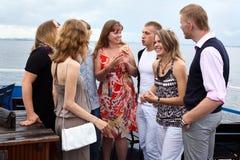 Ungdomgrupp av åtta folk som tillsammans plattforer Arkivfoton