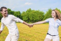 Ungdomlivsstil: Avslappnande Caucasian par utomhus Man Draggin Arkivfoto