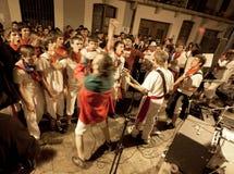 Ungdommen har gyckel med musikrockband a Arkivfoton