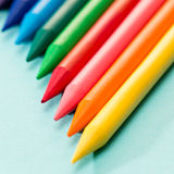 Unge färgläggning crayons skolakonst Arkivbild