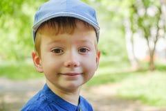 Unge f?r uttryck f?r barnskrikpojke sinnesr?relse fotografering för bildbyråer