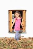 Unge - flicka som framme ropar av fönster arkivbild