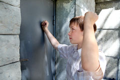 Unge framme av den stängda dörren Royaltyfri Bild