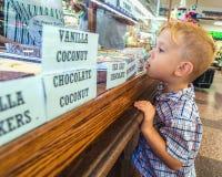 Unge i ett godislager Royaltyfri Foto