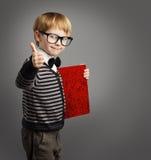 Unge i exponeringsglas, barnannonsör, certifikatbok, skolapojke Royaltyfria Foton