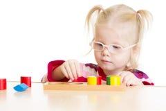 Unge i eyeglases som spelar den isolerade logiska leken Arkivbilder