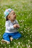 Unge i gräs Fotografering för Bildbyråer