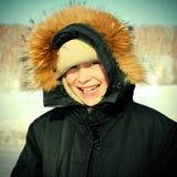 Unge i vintern Arkivfoton
