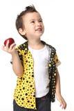 Unge med äpplet Royaltyfria Bilder