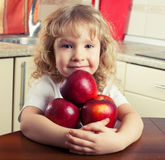 Unge med äpplet royaltyfria foton