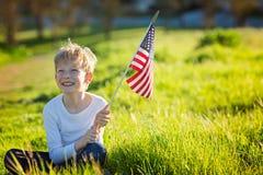 Unge med amerikanska flaggan Royaltyfria Bilder