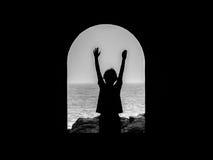 Unge med armar upp i luften i en tunnel Arkivfoto